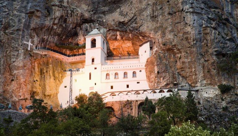 Ostrogas klosteris Melnkalnē, kas iegūlies klintī