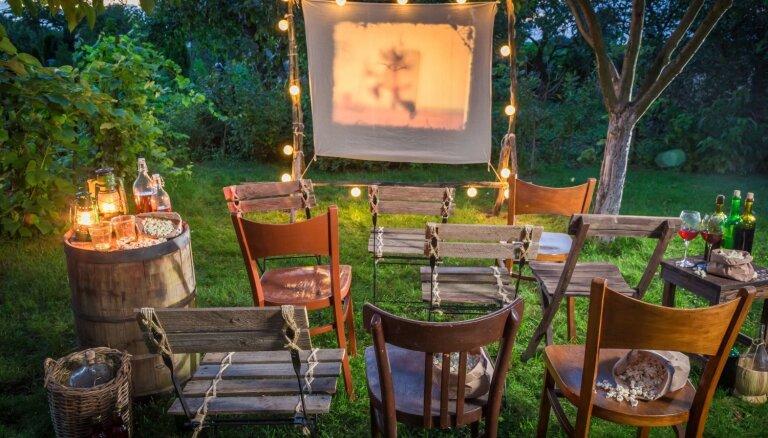 Romantiskiem vakariem: Radošas idejas brīvdabas kino izveidei