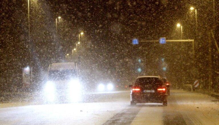 В некоторых районах Латвии снег уже осложняет движение автотранспорта