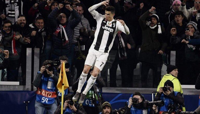 Ronaldu gūst 'hat-trick' un 'Juventus' atgūstas Turīnā