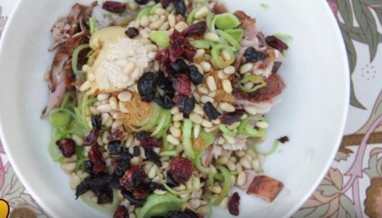 Vistas salāti ar puraviem, riekstiem un žāvētām ogām