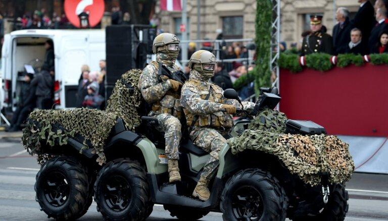 Foto: Militārā tehnika un karavīri mirdz svētku parādē
