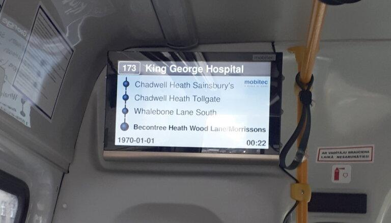 'Ceļojums laikā un telpā' – RMS minibusā ekrāns rāda pieturvietas angliski