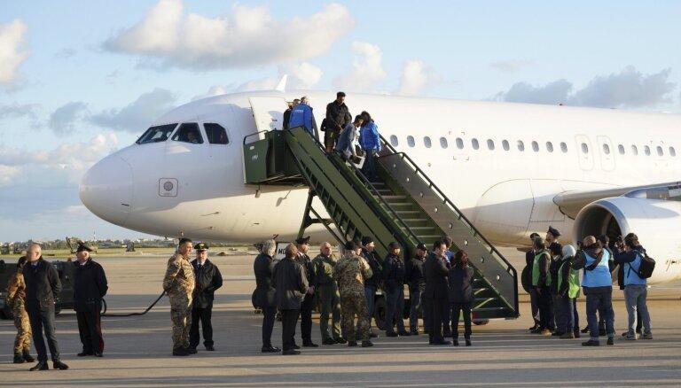 Itālija uzņem 147 bēgļus, kas ar lidmašīnu atvesti no Lībijas