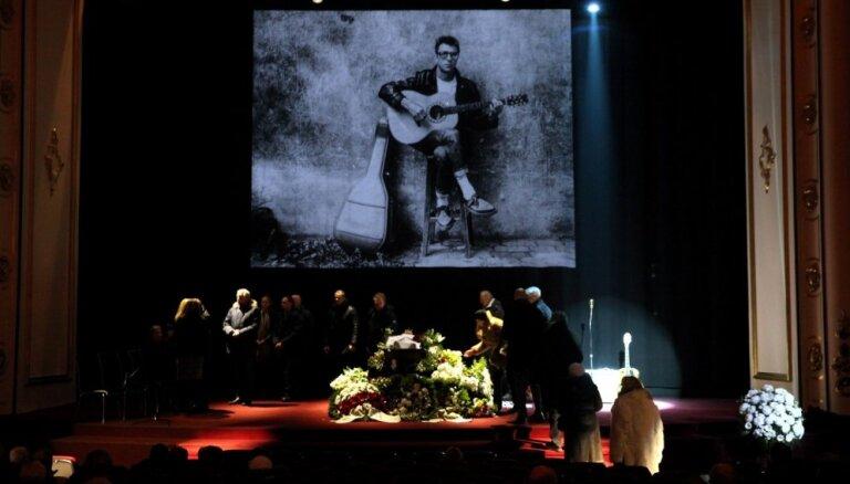 Foto: Kolēģi, tuvinieki un fani atvadās no mūziķa Pita Andersona