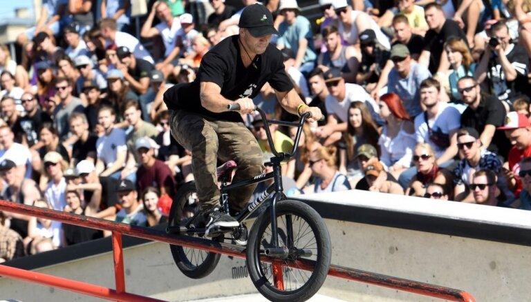 Foto: Latvietis izcīna medaļu prestižās BMX frīstaila sacensībās Rīgas centrā