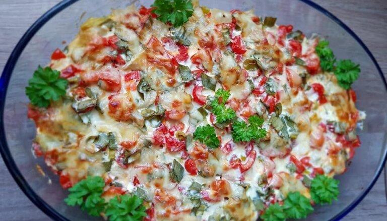 Pelmeņu sacepums ar papriku, tomātiem un sieru