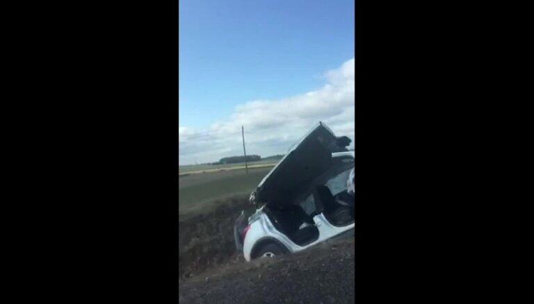 Video: Policijas un vieglā auto avārija Saldū – cietuši abi šoferi