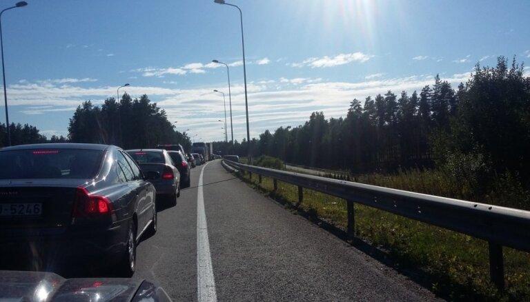 Pie Ādažiem notikušas avārijas dēļ izveidojies sastrēgums uz Tallinas šosejas