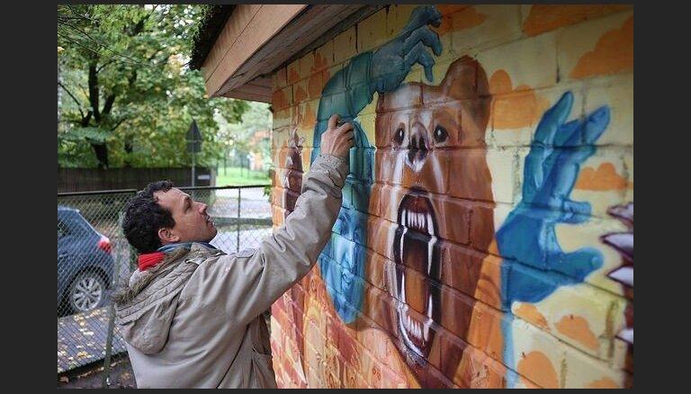 Amerikāņu mākslinieks ar Latvijas jauniešiem rada spilgtu vides objektu Mežaparkā