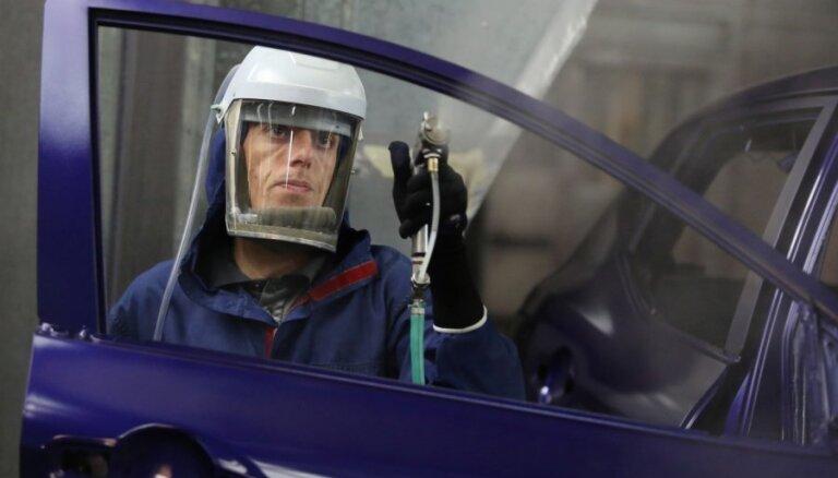 Automašīnu ražošanai Lielbritānijā kritums 12. mēnesi pēc kārtas