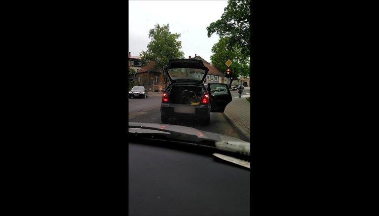 ВИДЕО: Забывчивый водитель едет с открытой дверью