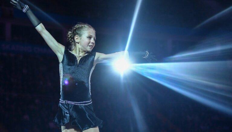 Video: 13 gadus veca krievu daiļslidotāja pirmā vēsturē izpilda divus četrkāršos lēcienus