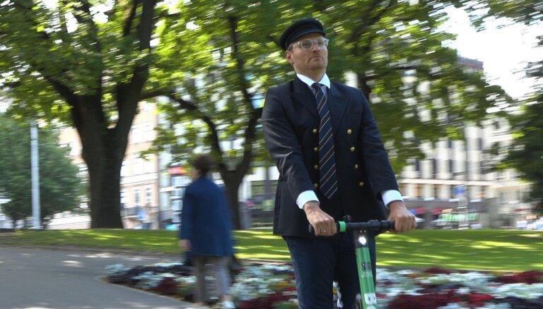 Video: Renārs Zeltiņš mulsina rīdziniekus un pilsētas viesus 'Krastu patruļā'