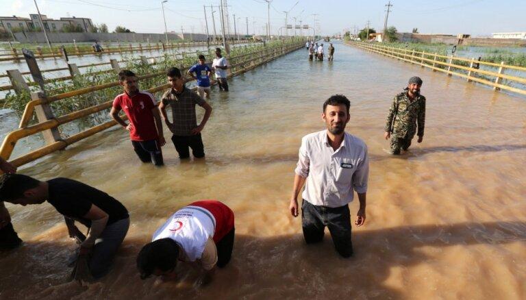 Plūdi Irānā prasījuši jau 76 cilvēku dzīvības