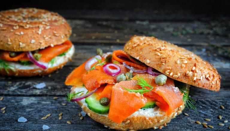 Sendvičs ar 'burkānlasi' un sīpolu salātiem jeb vegānās 'lašmaizītes'