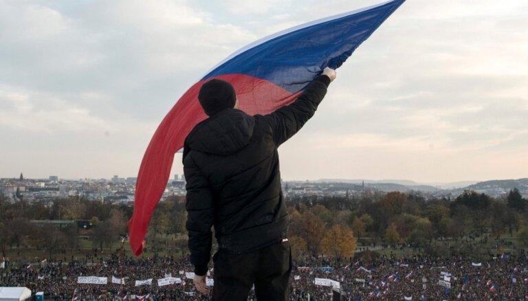 Десятки тысяч жителей Праги вышли на акцию против премьера Бабиша