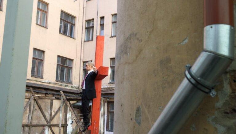 """В Риге снова установили крест с """"бизнесменом, похожим на Путина"""""""