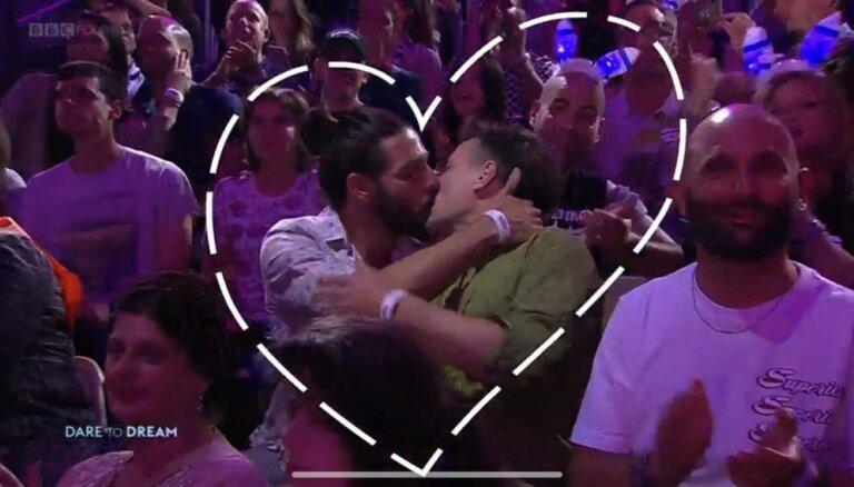 Sašutums un gaviles: 'Eirovīzijas' tiešraides skatītājus uzkurina divu vīriešu skūpsts