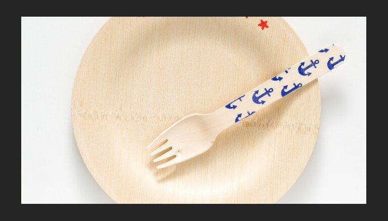 Eiropas Komisija ierosina aizliegt plastmasas šķīvjus un vates kociņus