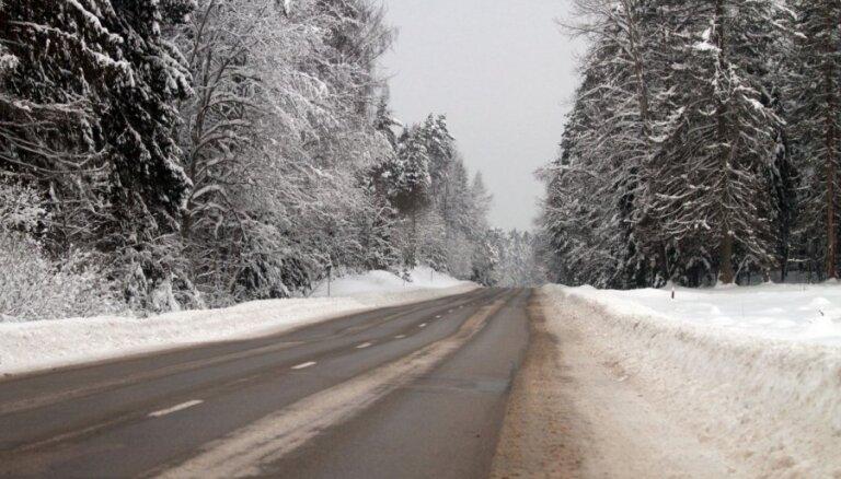 Apledojums vietām Vidzemē un Kurzemē apgrūtina braukšanu, brīdina 'Latvijas Valsts ceļi'