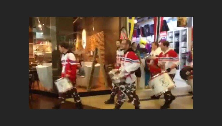 Video: Čehu hokeja fanu 'bungu armija' lielveikalā