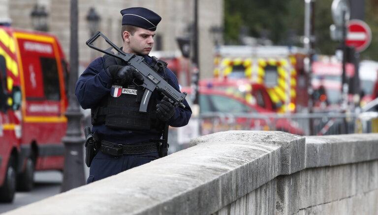 Parīzes piepilsētas skolotāja slepkavības lietā aizturēti vēl pieci cilvēki