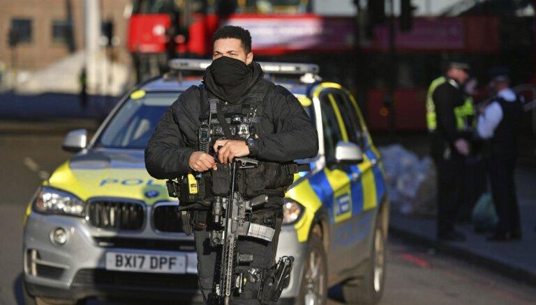 Uzbrucējs pie Londonas tilta sadūris vairākus cilvēkus