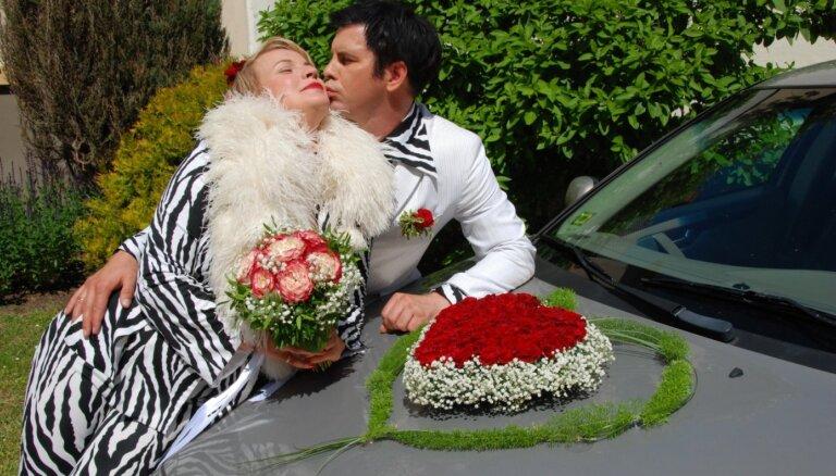 ВИДЕО: Интар Бусулис вернулся в 90-е и заново сыграл свадьбу