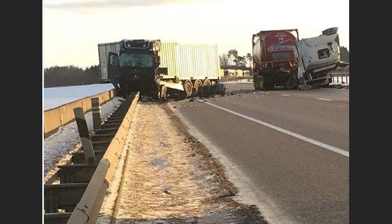 Avārijā iesaistītais Igaunijas auto vedis munīciju; satiksme pie Rīgas HES atjaunota