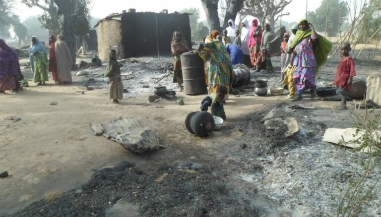 Islāmistu uzbrukumā ciematam Nigērijā, domājams, nogalināti aptuveni 50 cilvēki
