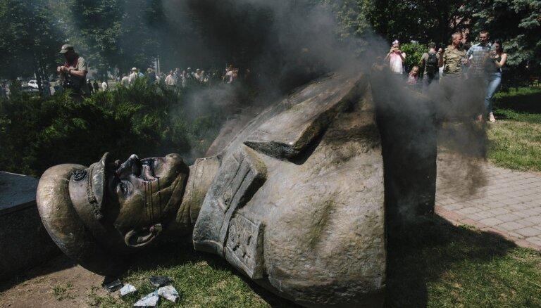Video: Harkovā ukraiņu nacionālisti nogāž padomju maršala Žukova pieminekli