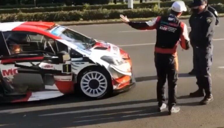 Video: WRC zvaigzne Ožjērs pa ceļam uz ātrumposmu iekļūst avārijā