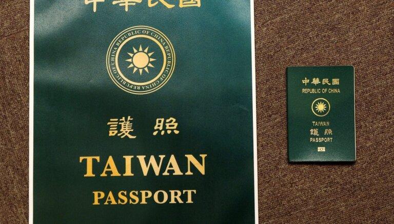 Taivāna mainīs pases dizainu cerībā uz turpmāku nejaukšanu ar Ķīnu