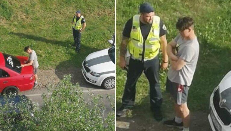 ФОТО: В Даугавпилсе водителю пришлось сдирать перед патрульными надпись f*ck the police