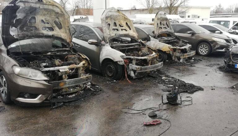 Aizdomas par ļaunprātīgu dedzināšanu automašīnu pārdošanas laukumā Rīgā