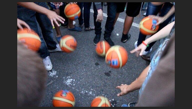 Uvis Helmanis Rīgā sāk bezmaksas basketbola treniņus jauniešiem