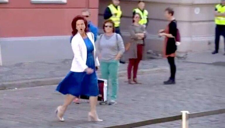 Video: 'Uuu' jeb Āboltiņas saruna ar pensionāru piketa dalībniekiem