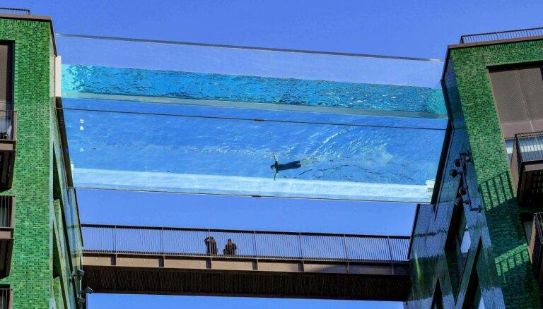 Foto: Baseins debesīs – Londonā var peldēt 35 metrus virs zemes
