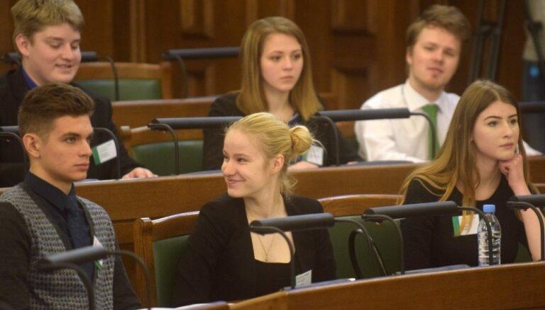 Noskaidroti 9. Jauniešu saeimas 'nākotnes politiķi'