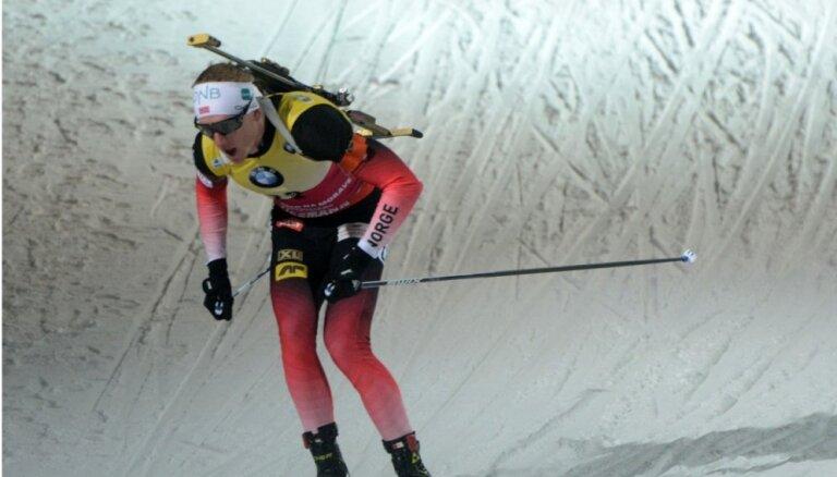 Latvijas biatlonisti starp atpalicējiem PK posmā; uzvar norvēģis Bē