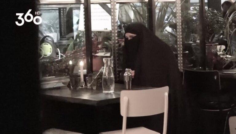 'Astoņi naži un gardēdis': šefpavāri analizē viesmīles izturēšanos