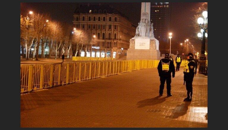 16.marts Rīgā: pie Brīvības pieminekļa barjeras, policija gatavībā