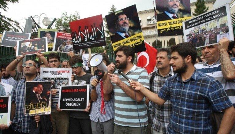 Arī pēc asiņainās apšaudes gāztā Mursi atbalstītāji nepadodas