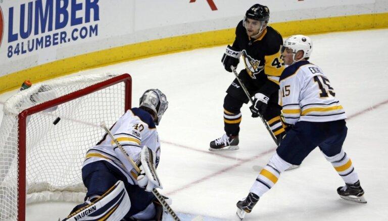 Girgensons un 'Sabres' nenotur vadību pret Stenlija kausa īpašniekiem 'Penguins'
