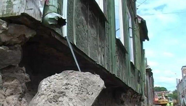 Jēkabpilī ielas renovācijas laikā iebrūk mājas pamati