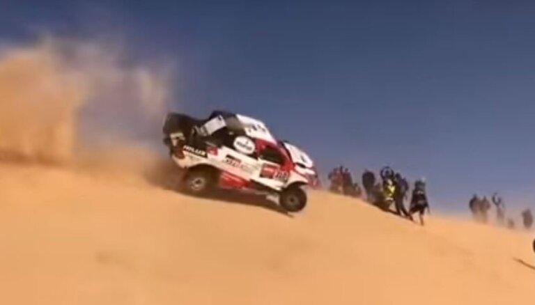 Video: Alonso apmet divus kūleņus Dakaras rallijreida 10. posmā