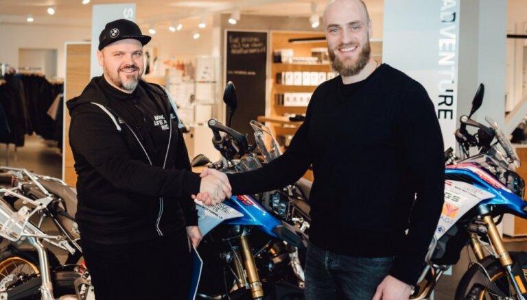 Foto: 'Adventure Team Latvija' saņem BMW motociklus ceļojumam uz Dienvidāfriku