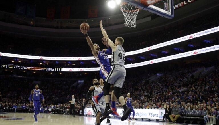Bertānam 13 punkti; 'Spurs' pārtrauc uzvaru sēriju pret Filadelfijas '76ers'