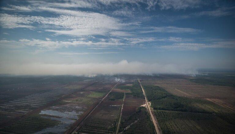 Valdgales kūdras ugunsgrēka dzēšanas darbos iesaistīsies viens Baltkrievijas helikopters